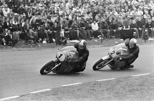 Ploegmaats Hailwood (2) en Agostini (1) in strijd in de 500cc-klasse