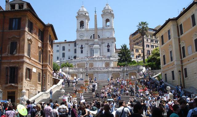 Rome, Spaanse trappen overspoeld door toeristen