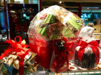 Pandoro en panettone in geschenkverpakking
