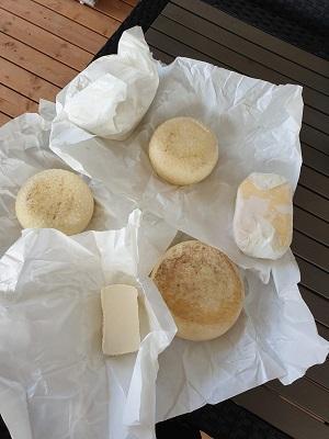 Genieten van de ontvangen kaas en boter