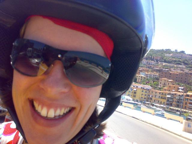 Eline op haar scooter