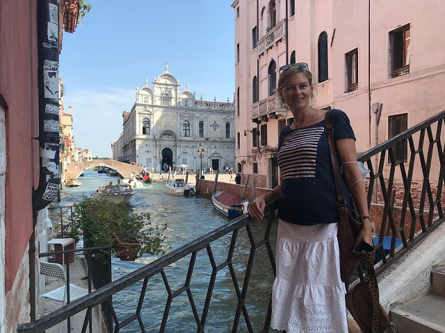Marian op een Venetiaanse brug