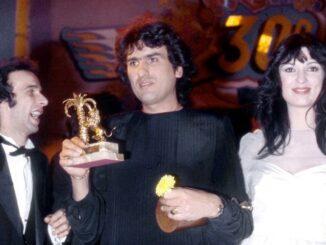Toto Cutugno geflankeerd door Roberto Benigni en Olivia Carlisi op Sanremo 1980